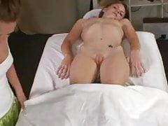 Sexuelle Massage mit zwei Mädchen.