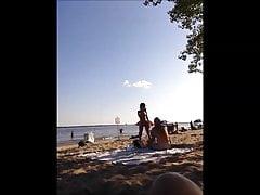 asiática em oka praia nua