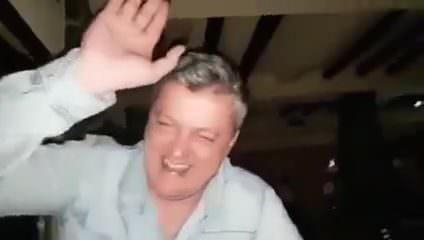 Волосатый мужик дрочит свой хуй видео