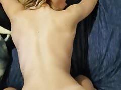 sexy blondýnka s velkým psíkem