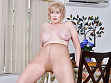 American gilf Sindee Dix will present you what she likes most