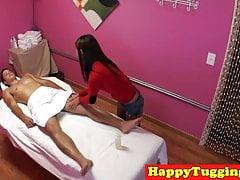Petite masajista asiática masturbándose clientes polla