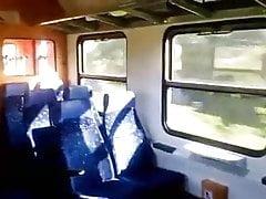 Żona ze szklanką ssącą w pociągu
