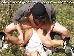 Heiße Oma, die um Hilfe schreit, um ihre Muschi voll zu bekommen