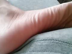 Con i piedi sulla calca di calca di un amico