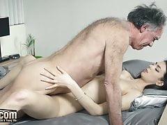 Opa fickt Teen schiebt seinen Schwanz hart und tief in sie