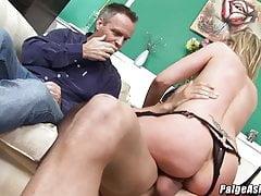 Paige Ashley si scopa un giovane stallone di fronte al marito cuckold