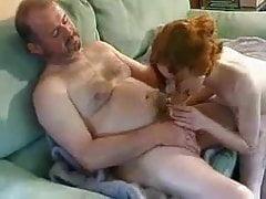 Französischer alter Mann unterrichtet Schulmädchen