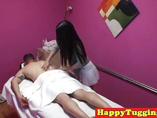 亚洲女按摩师拉扯和他妈的客户
