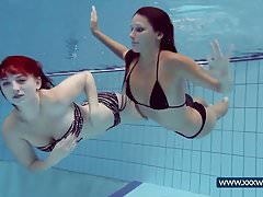Katrin i Lucy duże cycki pod wodą
