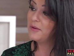 Sexy troia si fa scopare il culo da due ragazzi eccitati