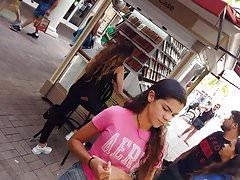 Jugendlich rosa Hemd des offenen Voyeurs, das große Beine kauft