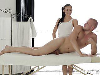 18處女性ludmila從她的新客戶那裡得到按摩