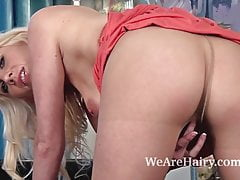 Ashleigh McKenzie ama mostrare la sua figa pelosa