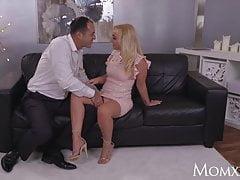 MOM Seksowna brytyjska blondynka w seksownym wieczorowym stroju bierze dużego kutasa