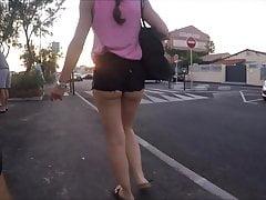 camminando per la strada con un candido corto stretto