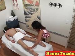 La massaggiatrice asiatica ha preso la guida