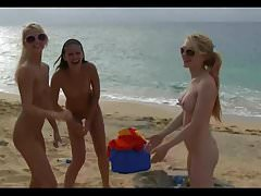 Nude Beach - PhotoShoot 2 - Deux filles en train de pisser