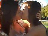 2 pelirrojas besandose en el campus