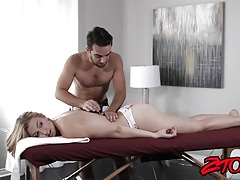 La sexy Alexa Grace vuole qualcosa di speciale dal suo massaggiatore