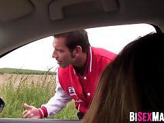 Busty Babe von zwei bisexuellen Männern zertrümmert