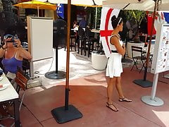 Ehrliche voyeur schöne Hostess im weißen Kleid