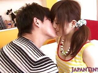 嬌小的日本人Miku Airi喜歡六十九歲