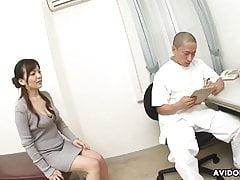 Kinky doctor wierci owłosione japońskie dziecko po regularnym chec