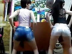 Due troie in pantaloncini rigidi