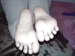 Niki przenosi swoje seksowne stopy (rozmiar 36)