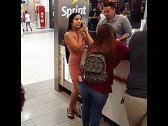 Candid voyeur splendida ragazza latina vestito stretto al centro commerciale