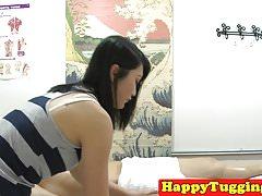 Massaggiatrice asiatica masturbandosi e scopando il suo cliente