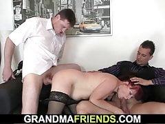 Biznes kobieta rozkłada nogi dla dwóch facetów