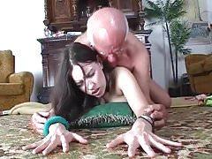 Slut dimostra dildo al vecchio