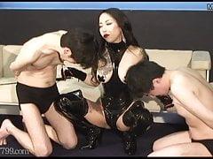 Gli schiavi giapponesi vengono tirati sui suoi capezzoli dalla padrona Youko