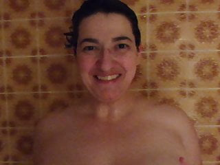 Amateur Mom European video: beim baden erwischt 2