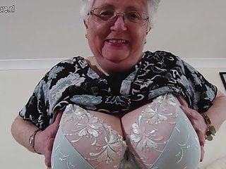 豐滿的業餘祖母製作第一個色情片