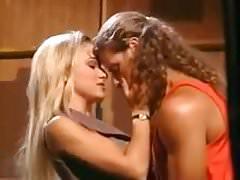 Alex Sanders genießt eine Blondine am Set