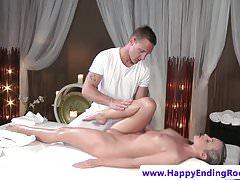Naoliwiona babe wanks masażysta po masażu sex