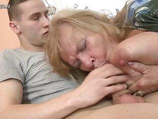 Giovane figlio scopa hot nonna dal seno grande