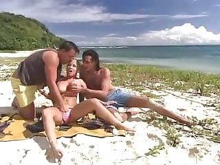 на пляже двое мужчин одну женщину