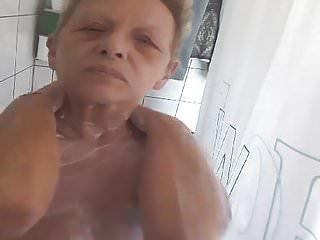 Waldtraud beim duschen