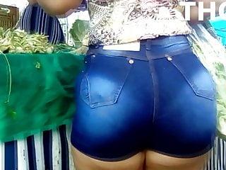 Gostosa com bunda grande em jeans
