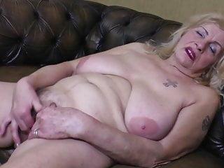 Vecchia nonna con grandi tette cadenti e fica assetata