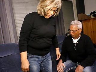 सींग का बना हुआ अपने प्रेमी को हेरिंग लेगिंग में चोदता है