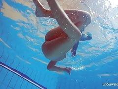 Hete harige, harige brunette tiener in het zwembad naakt