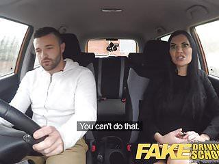 Scuola di guida falsa Jasmine Jae fa sesso completamente nudo in una macchina