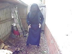 Burqa e collant sotto la pioggia