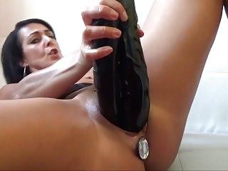 Hausfrau mit 2 Dildos in Fotze und Buttplug im Arsch!