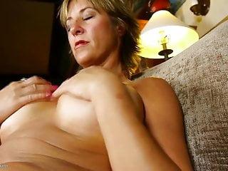 Mamma matura calda con grandi labbra figa